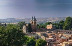 Väggar och port av Bisagra i Toledo Royaltyfria Bilder