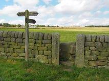Väggar och port för sten för riktningstecken i västra - yorkshire landskap Fotografering för Bildbyråer