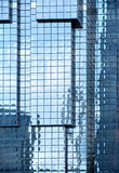 Väggar och reflexioner av skyskrapor Arkivbild