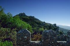Väggar och torn av den medeltida hedslotten Royaltyfri Bild