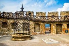 Väggar och väl av den Nitra slotten royaltyfria foton