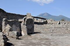 Väggar och Vesuvius, Pompeii arkeologisk plats, nr Naples, Italien Royaltyfri Fotografi