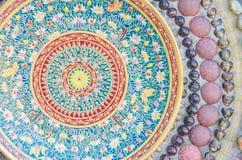 Väggar som smyckas med en thai stil, färgar den keramiska koppen och bunken (Benjarong) Royaltyfri Foto