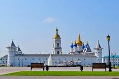 Väggar, torn, en belltower och Sofia Uspensky en domkyrka i den Tobolsk Kreml. Royaltyfri Bild