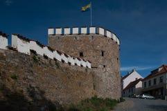 Väggarna av den forntida slotten med den ukrainska flaggaTjeckien Royaltyfri Foto