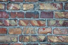 Väggbakgrund från gamla tegelstenar Sprickor skada, skrapor på smutsiga tegelstenar arkivfoton