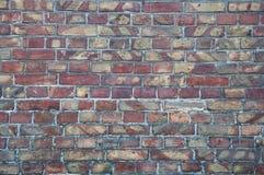 Väggbakgrund från gamla tegelstenar Sprickor skada, skrapor på smutsiga tegelstenar arkivfoto