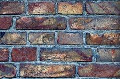Väggbakgrund från gamla tegelstenar Sprickor skada, skrapor på smutsiga tegelstenar royaltyfri fotografi