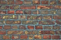 Väggbakgrund från gamla tegelstenar Sprickor skada, skrapor på smutsiga tegelstenar royaltyfria bilder
