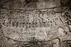 Väggbild av ett fartyg och ett folk i ankorwat, Kambodja Arkivbild