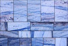 Väggen av blått marmorerar tegelplattor som är användbara som bakgrund eller textur Royaltyfria Foton