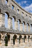 Väggen av den romerska amfiteatern i Pula royaltyfri foto
