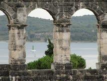 Väggen av den romerska amfiteatern i Pula, Kroatien arkivbilder