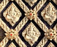 Väggen av den thailändska kyrkan royaltyfria bilder