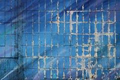 Väggen av ett bostads- hus som är dold med tegelplattor och målar med blått, målar Del av en stor grafit under den öppna luften royaltyfria foton