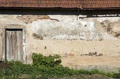 Väggen av ett gammalt hus med en dörr Royaltyfria Foton
