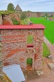 Väggen av förstört fängslar jag fallet i fästningen Oreshek nära Shlisselburg, Ryssland Arkivfoton
