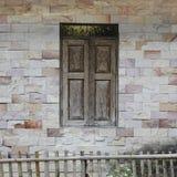 Väggen av huset som göras från mortel med tegelplattan, är rektangulär arkivfoton