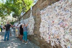 Väggen av lust, folket hänger anmärkningar som frågar royaltyfria bilder