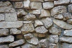 Väggen av naturliga stenar av olika format royaltyfri foto