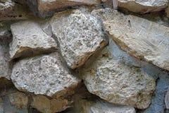 Väggen av naturliga stenar av olika format arkivfoto