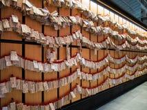 Väggen av träkort på den Haneda flygplatsen, Tokyo, Japan royaltyfri fotografi