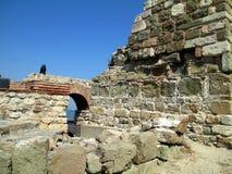 Väggen för forntida stad i staden av Nessebar, Bulgarien Royaltyfri Bild