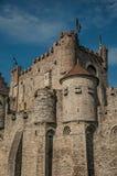 Väggen för närbildnolla-stenen och klocka-tornet av Gravensteenen rockerar i Ghent Royaltyfri Fotografi