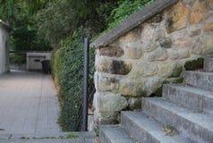 Väggen från stora stenar och trappan parkerar in Arkivfoton