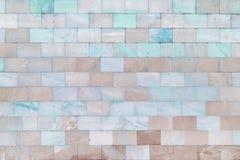 Väggen göras av tegelplattor för marmorturkos- och gränsbrunt Härlig stentextur tom bakgrund royaltyfri foto
