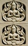 Väggen med ängel ber för gudarna i thailändsk tempel Arkivbilder