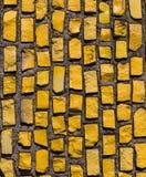 Väggen med den gula stenen vaggar. Arkivbild