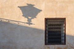 Väggen med ett fönster och lyktan skuggar, Marrakesh Royaltyfri Foto
