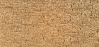 Väggen med ett gulaktigt stenar textur royaltyfri bild