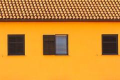 Väggen och fönstren, mediterranian arkitektur Fotografering för Bildbyråer