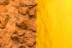 Väggen och guling för sten för bakgrundstexturtegelsten målade väggen Arkivfoto