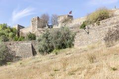 Väggen och slotten i den Monsaraz staden, område för Ã-‰ vora, Portugal Royaltyfria Bilder