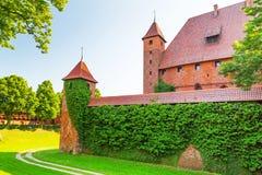 Väggen och tornen av den Malbork slotten Arkivbilder