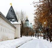 Väggen och tornet av Spaso-Andronikov Monaster, tempel av St Sergius av Radonezh, Moskva, Ryssland Royaltyfri Bild