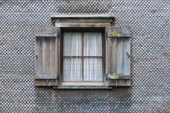 Väggen som täckas med träsinglar Arkivbild