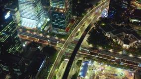 Väggenomskärning med snabb trafik på natten stock video