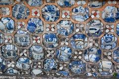 Vägggarnering med keramiska tegelplattor i Forbidden City av den imperialistiska stadstonen, Vietnam arkivfoton