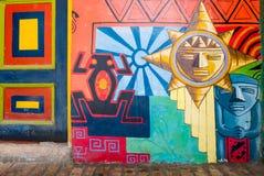Vägggarneringar och kulör dörr Raquira Colombia royaltyfria bilder