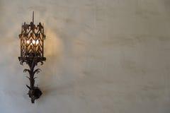 Vägglampett på murbrukväggen - landskap Arkivfoton