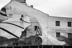Väggmålning av det gamla lägenhethuset i Riga Arkivbilder