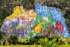 Väggmålning av förhistoria i sikt för dal för öl för Viï ¿ ½ i Kuba Overklig natur med sjöar, berg, träd, djurliv Gorgeus himmel fotografering för bildbyråer