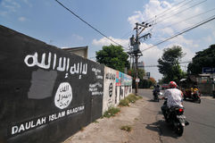 Väggmålning av ISIS-flaggan i Indonesien Arkivbild