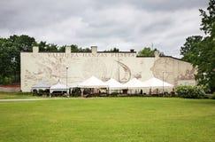 Väggmålning i den Valmiera staden latvia royaltyfria foton