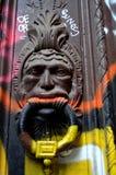 väggmålning på dörrknackaren Arkivfoton
