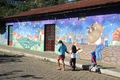 Väggmålning på ett hus på Ataco i El Salvador Arkivfoton
